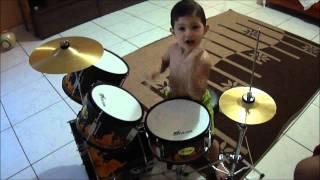 bebê de 2 anos tocando bateria (FILIPE)