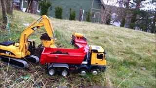 getlinkyoutube.com-RC Truck and Excavator - Cat 320 loading MB Arocs with topsoil