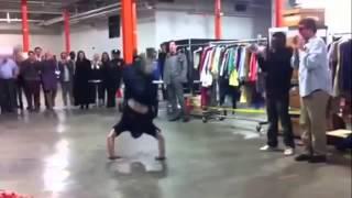 getlinkyoutube.com-Un policier s'incruste dans un battle de breakdance avec un danseur.