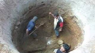 getlinkyoutube.com-HAND DIGGING A WELL IN MEXICO Excavando a mano un pozo