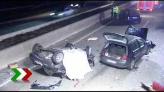 getlinkyoutube.com-Tödlicher Unfall durch verlorene Ladung - Bett lag mitten auf der Autobahn