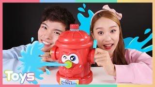 getlinkyoutube.com-캐리와 캐빈의 소화전 게임 장난감 으로 물총 맞기 대결 놀이 CarrieAndToys