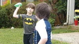 getlinkyoutube.com-Water balloon fight! (Color combat battle balloons)