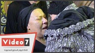 getlinkyoutube.com-بالفيديو.. بكاء ناهد فريد شوقى فى أحضان صابرين فى عزاء ابنها