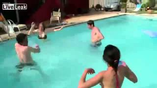 Hombre se caga en la piscina FAIL videos graciosos divertidos ✔