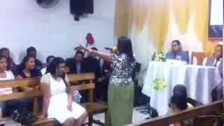 getlinkyoutube.com-Missionária cheia do Espírito Santo pregando e chamando pelo Dom de Revelação II