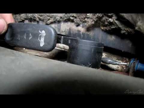 Где находится у БМВ 4 кнопка открывания лючка бензобака