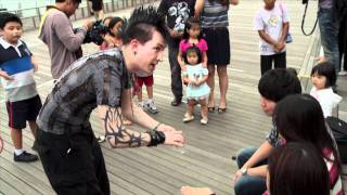 Marina Bay Sands: Dan Sperry The Anti-Conjurer gathers a crowd with his card trick