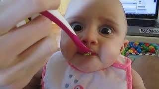 Izbirljiva beba prvi put u svom životu proba avokado, neodoljivo :)