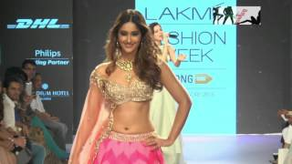 getlinkyoutube.com-Ileana D'Cruz Exposes Her SEXY Back and Navel At Lakme Fashion Week 2015