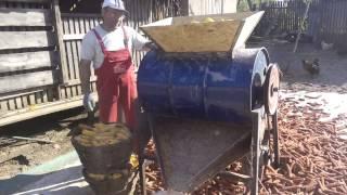 getlinkyoutube.com-Masina de batut porumb cu lanturi