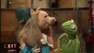 getlinkyoutube.com-Miss Piggys Love Triangle   The Muppet Show