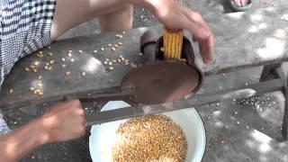 getlinkyoutube.com-Ручное устройство для чистки кукурузы.