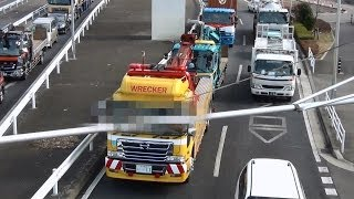getlinkyoutube.com-ユンボを載せたトラックを大型レッカー車が牽引