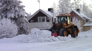 getlinkyoutube.com-Volvo L70G - Cleaning snow of sidewalks