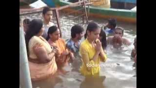 getlinkyoutube.com-Heroine Srividhya bath in Godavari Pushkar Ghat