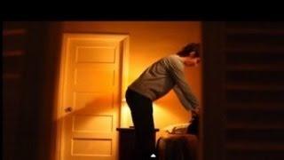 getlinkyoutube.com-se esconden en el armario de su mamá y descubre lo que nunca imaginaron