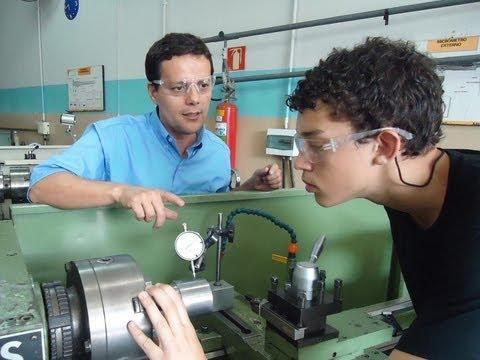 Prof. Maércio  Nascimento  explica  sobre  as vídeo aulas de Torno Mecânico