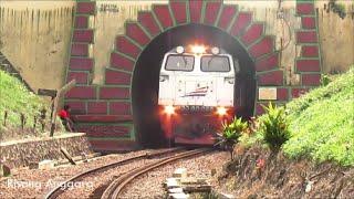 getlinkyoutube.com-Tenaga Ekstra Kereta Api Barang Peti Kemas (Kontainer Jumbo) Berjalan Pelan di Terowongan Sasaksaat