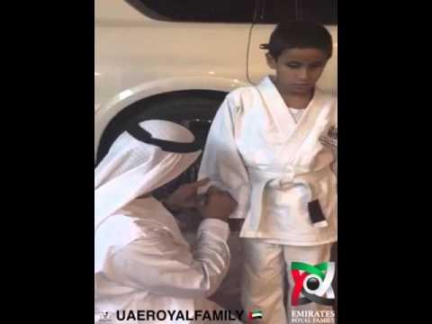 شاهد.. محمد بن زايد يكتب عبارات أبوية على بدلة طفل كفيف