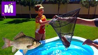 getlinkyoutube.com-Рыбалка на карася и сома Живые раки и крабы Макс ловит рыбу в бассейне с жабами Пугаем Катю