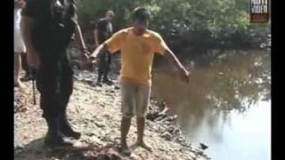 getlinkyoutube.com-Delincuentes lanzan a niño al río con cocodrilos...
