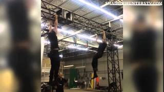getlinkyoutube.com-Matthew Daddario y Dominic Sherwood entrenando en el set Shadowhunters