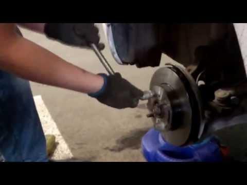 Как заменить тормозные диски и колодки на примере Corolla AE110