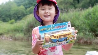 getlinkyoutube.com-뽀롱뽀롱 뽀로로 수륙양용차 타고 계곡에서 물놀이 Pororo Take a dip in the Valley Amphibious Car おもちゃ,đồ chơi 라임튜브