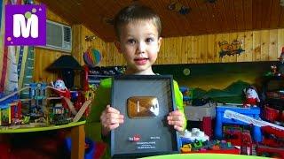 Кнопка YouTube 100 000 подписчиков показываем игрушки в игровой Room toor play room with toys
