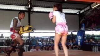 getlinkyoutube.com-ลิเดีย โชว์มวยไทย เตะ 10 ครั้งซ้อน !!