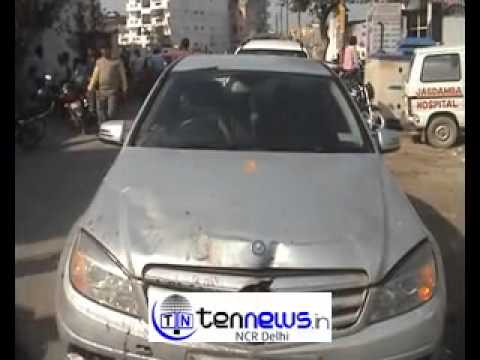 MERCEDES  HITS STREET VENDOR STALL IN NOIDA 1 PERSON CRITICALLY INJURED.