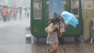 getlinkyoutube.com-ゲリラ豪雨に逃げ惑う人々2013.7.7.渋谷ハチ公前。People who ran about trying to escape from a heavy rain.