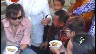 Video jadul Ian kasela & Moldy (RADJA) dikerubuti fansnya ketika sedang makan soto banjar.