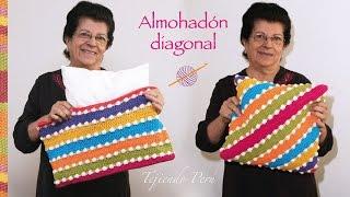 getlinkyoutube.com-Funda en diagonal tejida a crochet para almohadones (la forma más fácil de hacerlo!)
