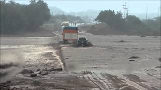 getlinkyoutube.com-Camion Cae al Agua Rio Paganzo - Truck drops to water of Paganzo River