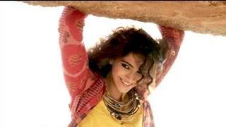 getlinkyoutube.com-Behind the scenes with fashionista Sonam Kapoor