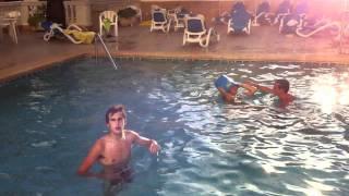 getlinkyoutube.com-Desnudos en la piscina (lunes)
