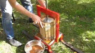 getlinkyoutube.com-Пресс-соковыжималка для яблок, винограда, томатов, фруктов, ягод (Пресс винтовой VP-10)