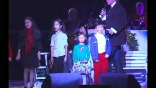 Danielle Becht singing with Kenny Rogers at XMAS Concert