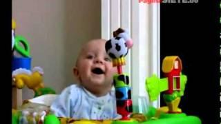 getlinkyoutube.com-Bebé se asusta cada vez que su mamá se sopla la nariz