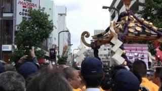 getlinkyoutube.com-【大乱闘!】平成25年三社祭 本社神輿 公園町会 ダボ突入!神輿渡御停止!