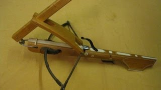 A Crossbow being strung - Armbrust spannen mit der Wippe 十字弓