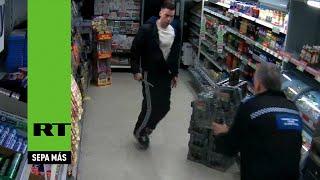 Un policía británico paraliza con una bala eléctrica a un agresor que llevaba un cuchillo