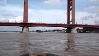 getlinkyoutube.com-Dibawah Jembatan Ampera Sungai Musi Palembang