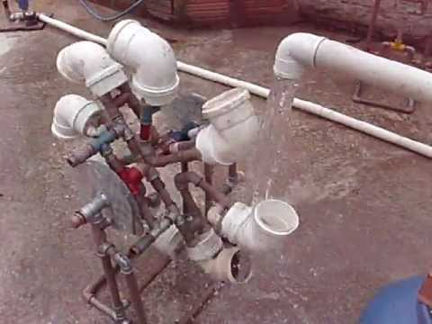 Roda d'água com propulsores móveis e descarga automática