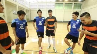 getlinkyoutube.com-Adrenaline คนติดมัน : 'มิก้า' พร้อม 2 พิธีกรท้าดวลฟุตซอลกับ 3 นักเตะทีมชาติไทย 20 ส.ค. 57  (2/3)