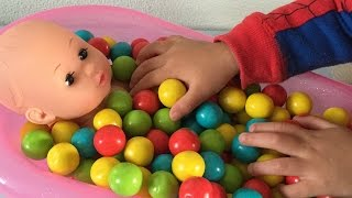 getlinkyoutube.com-Baby Doll Bath Time In Gumballs Pretend Play
