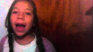 getlinkyoutube.com-Chica canta frozen y se cae