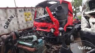 getlinkyoutube.com-Cenário sombrio.....centenas de caminhões batidos no patio do leilão - parte 02